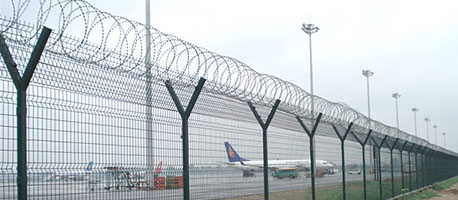 airport fencing with v arm